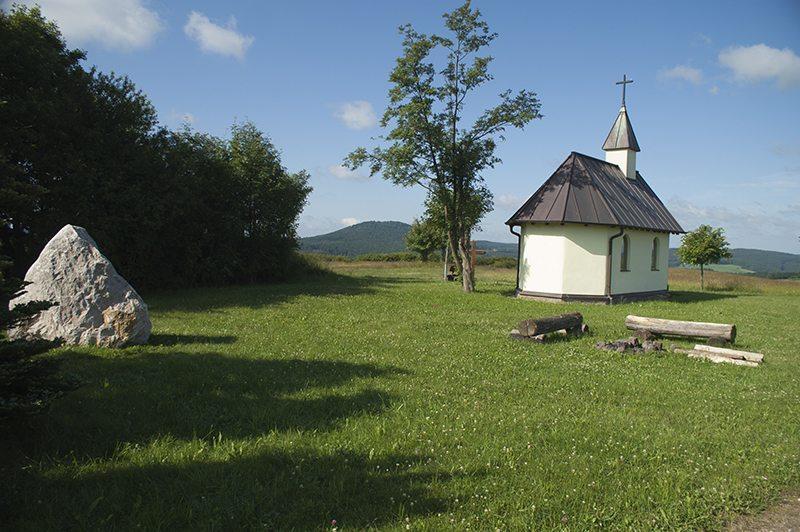 Wirkt ein wenig wie ein Postkartenbild: die Herz-Maria-Kapelle bei Wershofen.