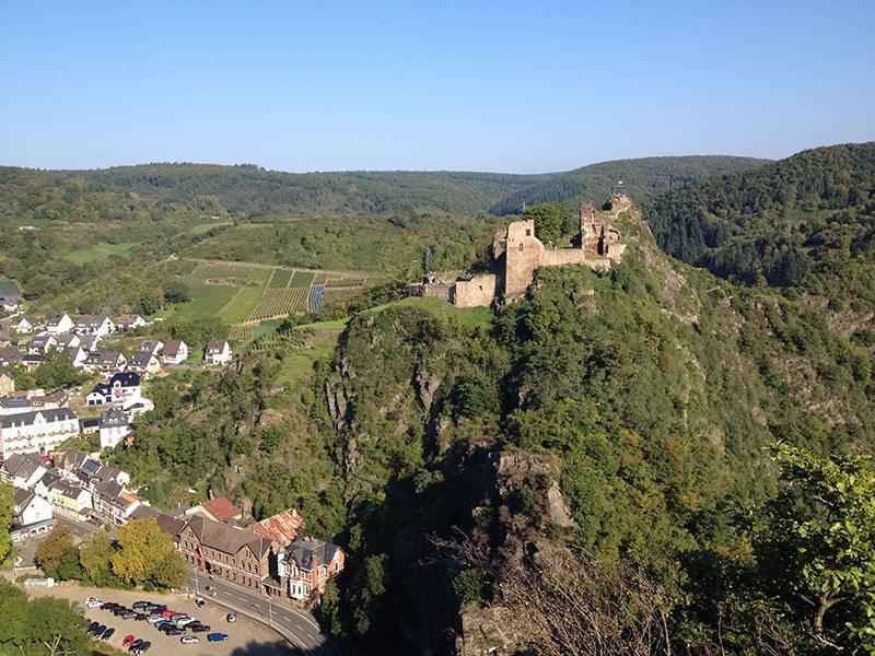 Hier steht ein Bild mit dem Titel: Fernes Ziel und doch so nah: Burg Are werden wir erst am Abend erreichen (Foto: Knut Hansen)