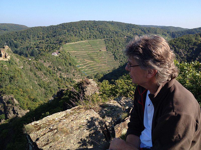 Über mich, den Autor, Berggipfel, Engelsley, Altenahr: Zufrieden schweift der Blick über die fremde Welt unten im Tal.