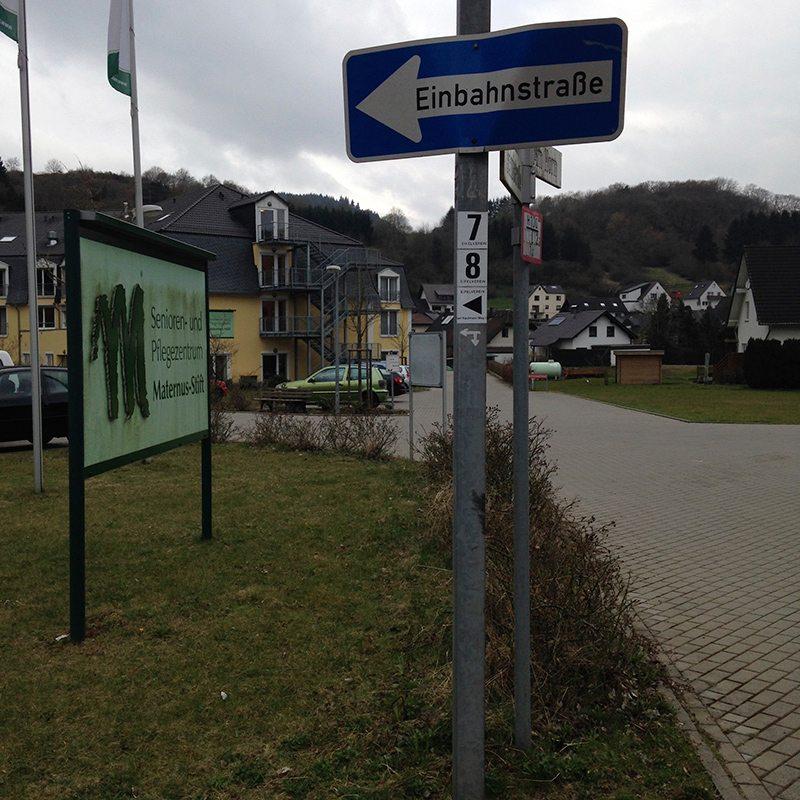 Hier steht ein Bild mit dem Titel: Am Maternusstift heißt es: runter von der Straße, rein in den Wald (Foto: Hans-Joachim Schneider)