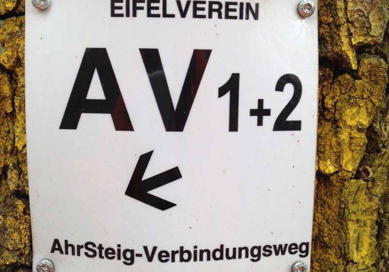 Hier steht ein Foto mit dem Titel: Und ja, vereinzelt gibt es sie noch die alten Markierungen (Foto: Hans-Joachim Schneider)
