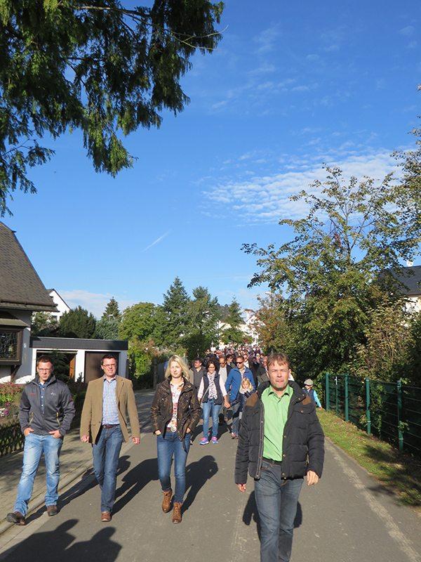 Hier steht ein Bild mit dem Titel: Entspannte freundlich lächelnde Gäste auf dem Weg zur Geierlay (Foto: Hans-Joachim Schneider)