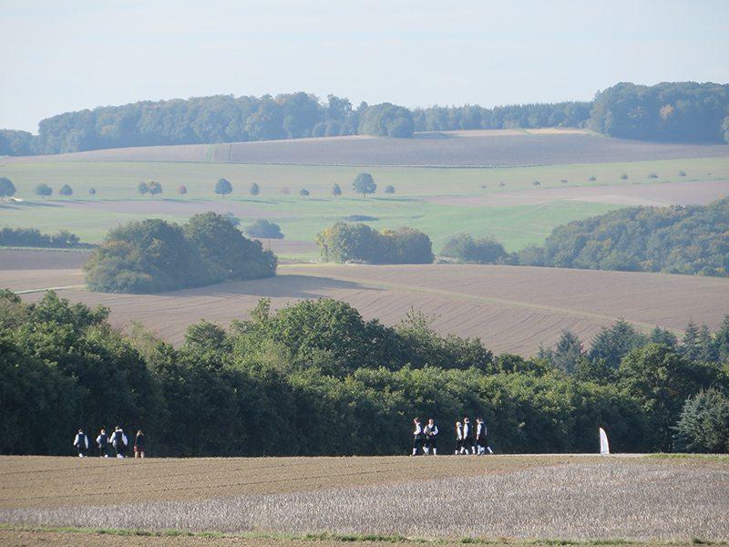 Hier steht ein Bild mit dem Titel: Das örtliche Musikkorps auf dem Weg zum Brückenkopf. Ich habs geahnt: Heute Morgen wird auch geblasen (Foto: Hans-Joachim Schneider)