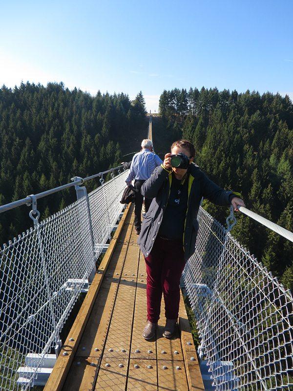 Hier steht ein Foto mit dem Titel: Vorher noch ängstlich, jetzt plötzlich euphorisch auf der Brücke, eine Kollegin von der Presse (Foto: Hans-Joachim Schneider)
