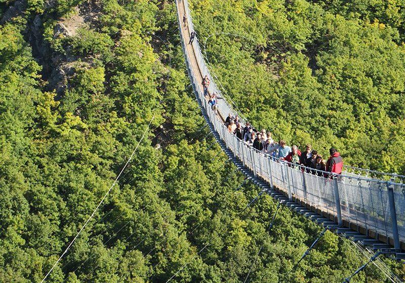 Hier steht ein Foto mit dem Titel: Unter den vielen, die sich auf die Brücke begeben haben, sind auch ältere und ängstliche Zeitgenossen, dadurch gibt es immer mal wieder Stockungen (Foto: Hans-Joachim Schneider)
