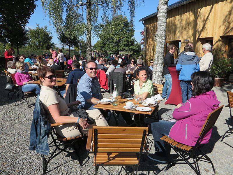 Hier steht ein Foto mit dem Titel: Entspannte Touristiker, die nach dem Erfolgserlebnis noch einen entspannten Kaffee im Besucherzentrum genießen (Foto: Hans-Joachim Schneider)