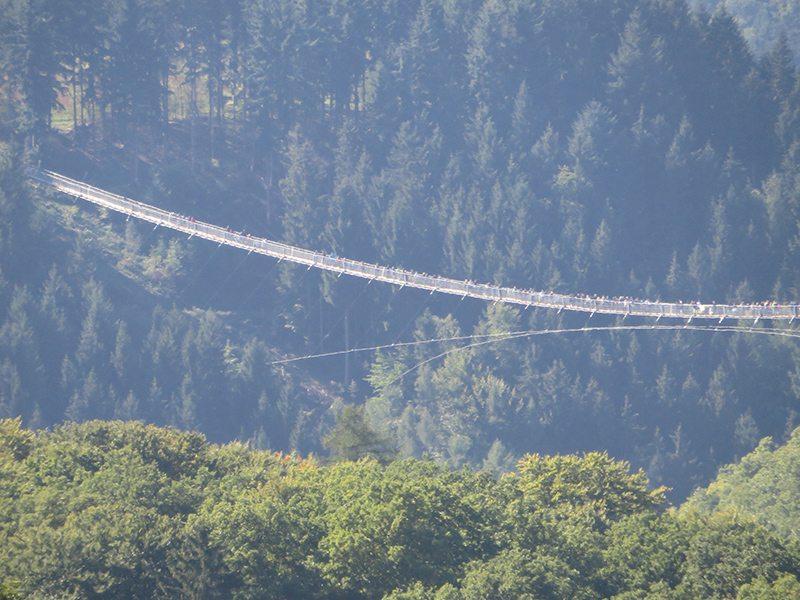 Hier steht ein Foto mit dem Titel: Selbst von der Landstraße aus kann man sehen, dass die Brücke ein Besuchermagnet ist (Foto: Hans-Joachim Schneider)