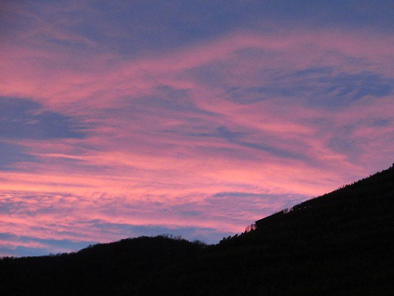 HImmel, rot, rosa Wolken: Ein Zeichen: Der Himmel brennt, während in Dernau die Martinsfeuer vorbereitet werden. (Foto: Hans-Joachim Schneider)