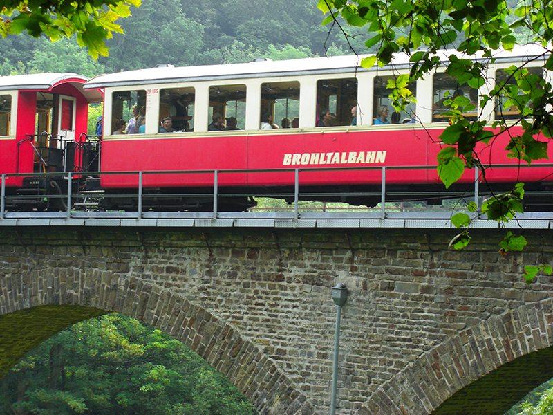 Hier steht ein Bild mit dem Titel: Die Brohltalbahn hat hier in Tönisstein am Jägerheim einen Haltepunkt (Foto: Hans-Joachim Schneider)
