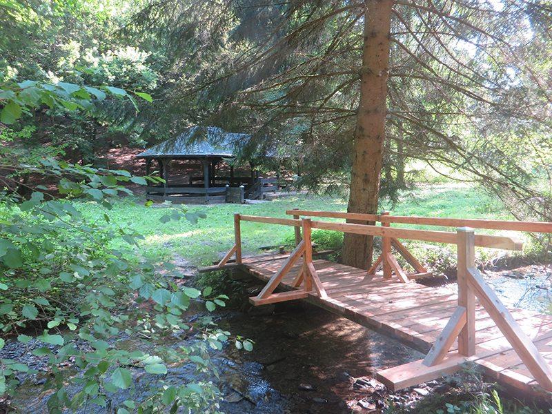 Hier steht ein Bild mit dem Titel: Gratiserfrischung: Die Schutzhütte am Schönecker Stahlbrunnen beherbergt eine Brunnenfassung (Foto: Hans-Joachim Schneider)