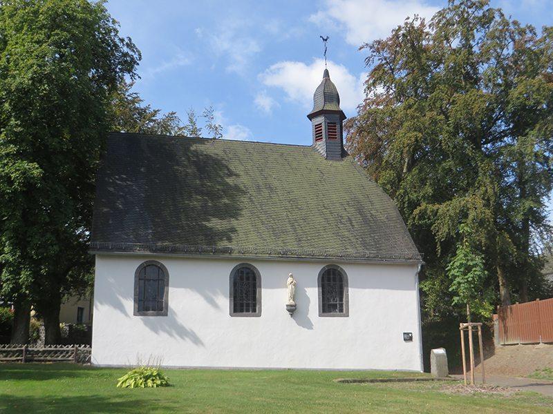 Hier steht ein Bild mit dem Titel: An der kleinen Waldkapelle in Kaisersesch finde ich den ersten Hinweis auf den Zuweg Wilde Endert (Foto: Hans-Joachim Schneider)