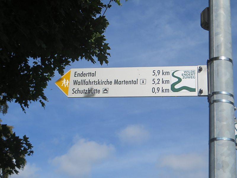 Hier steht ein Bild mit dem Titel: Direkt an der Wegkreuzung Trier Straße steht das erste Hinweisschild Zuweg Wilde Endert (Foto: Hans-Joachim Schneider)