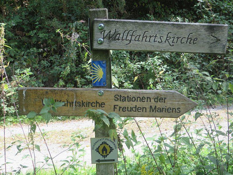 Hier steht ein Bild mit dem Titel: Hinweisschild zum Stationenweg der Freuden Mariens (Foto: Hans-Joachim Schneider)