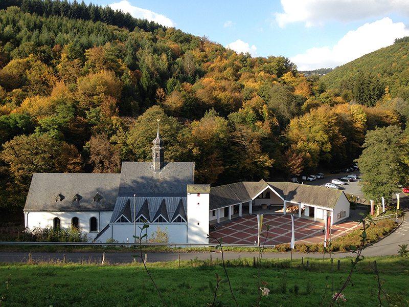 Hier steht ein Bild mit dem Titel: Blick auf die Andachtsstätte Maria Martental, hier allerdings von oberhalb aufgenommen (Foto: Hans-Joachim Schneider)