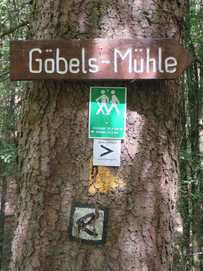 Hier steht ein Bild mit dem Titel: Schon beim Abstieg von der Straße zum Bach weist das erste Schild auf Göbels Mühle hin. Es wied nicht das letzte Mal sein (Foto: Hans-Joachim Schneider)