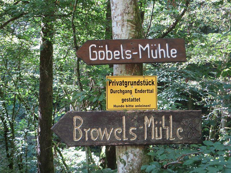 Hier steht ein Bild mit dem Titel: Hinweisschilder an der abgerutschten Passage (Foto: Hans-Joachim Schneider)