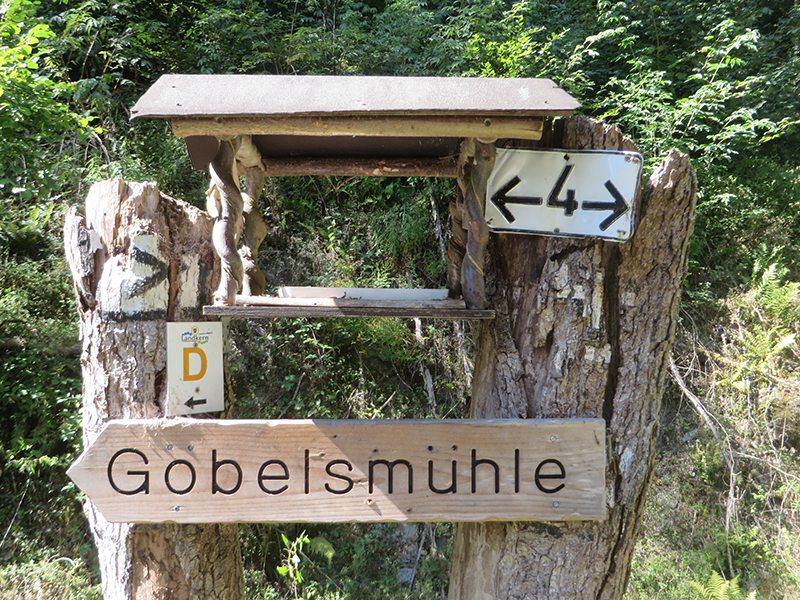 Hier steht ein Bild mit dem Titel: Kreative Grundbesitzer machen aus einem Wegweiser ein Multifunktionsschild (Foto: Hans-Joachim Schneider)