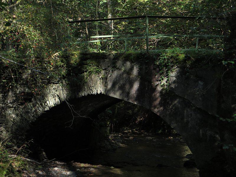 Hier steht ein Bild mit dem Titel: Diese alte Steinbogenbrücke über die Endert signalisiert mir das Ende des wilden Teils des Enderttales (Foto: HansJoachim Schneider)