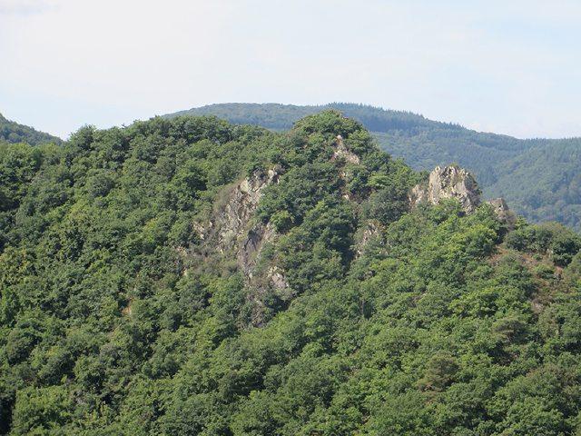 Hier steht ein Bild mit dem Titel: Und gegenüber von Burg Are lockt der Gipfel der Engelsley (Foto: Hans-Joachim Schneider)