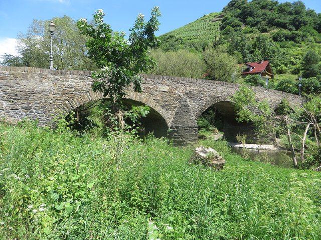 Hier steht ein Bild mit dem Titel: Bei Steinbergsmühle führt uns diese malerische Steinbrücke wieder über die Ahr hinüber (Foto: Hans-Joachim Schneider)