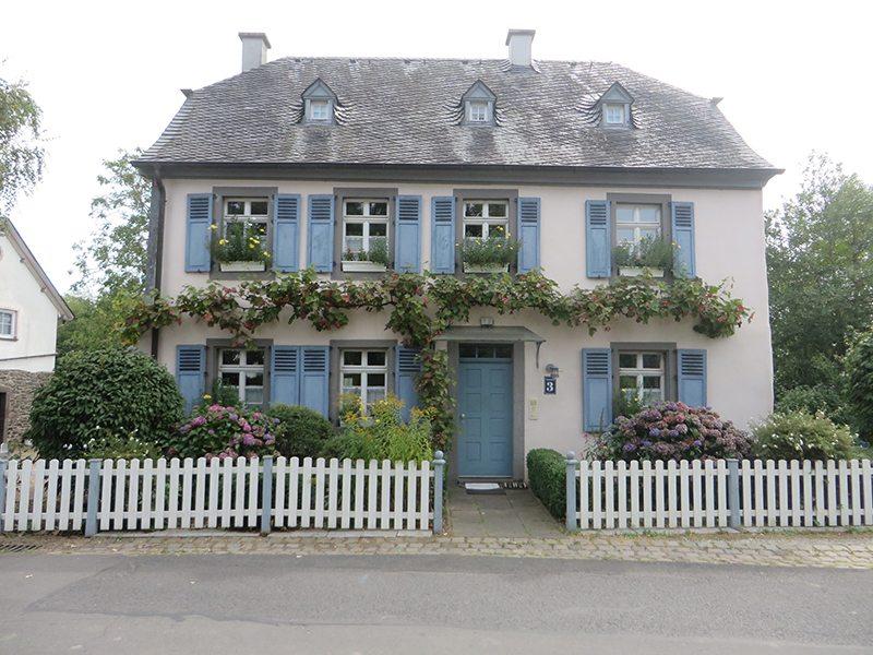 Straße, Haus, altes Haus, schönes Haus, Fenster, Fensterläden, Valwigerberg