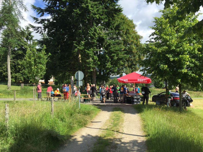 Wandermarathon, Saar-Hunsrück-Steig, Verpflegungssation, Sonne,Bäume, Weg