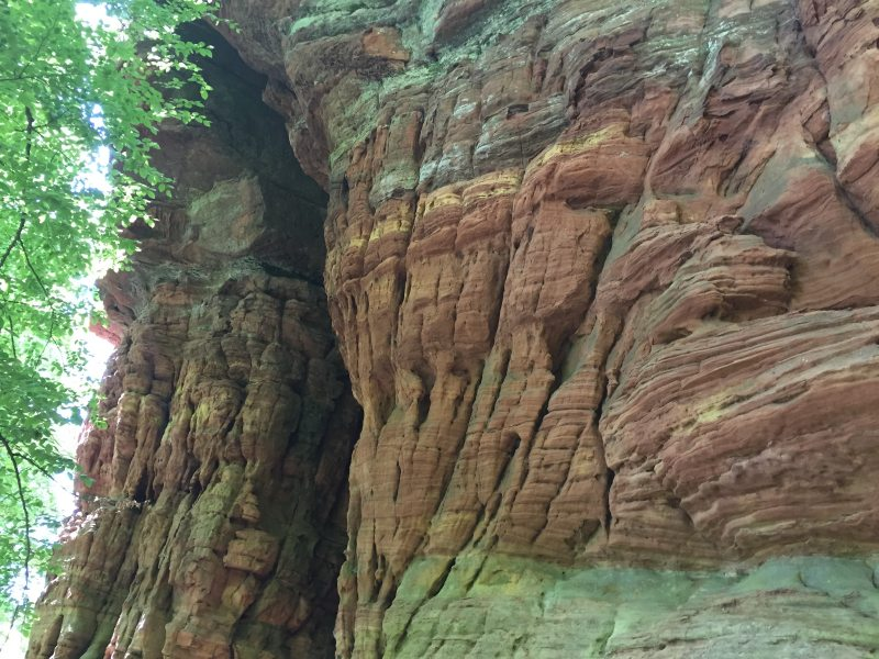 Weiteres Highlight auf dem Römerpfad ist die Genoveva-Höhle, eine riesige Auswaschung in Muschelform.