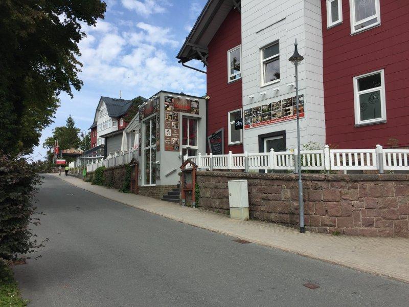 Haus, Pension, mit vielen bunten Werbetafeln in Oberhof am Rennsteig.