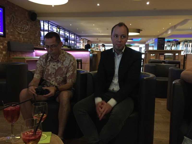 Thüringer Stube, Bar, Lounge, Gläser auf dem Tisch. Zwei Männer.