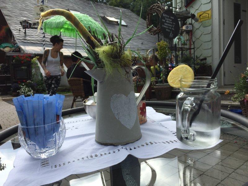 Ein Tisch, eine Vase, ein gewöhnungsbedürftiges Glas, und ein wenig Plastikromantik
