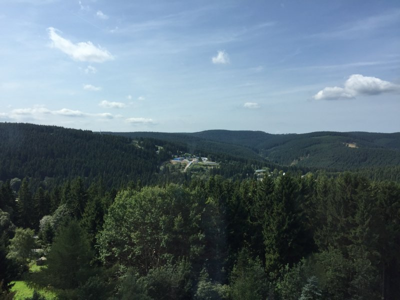 Oberhof am Rennsteig. Weit schweift der Blick über die mit endliosen Nadelwäldern bedeckten Kuppen des Thüringer Waldes (Foto: Hans-Joachim Schneider)
