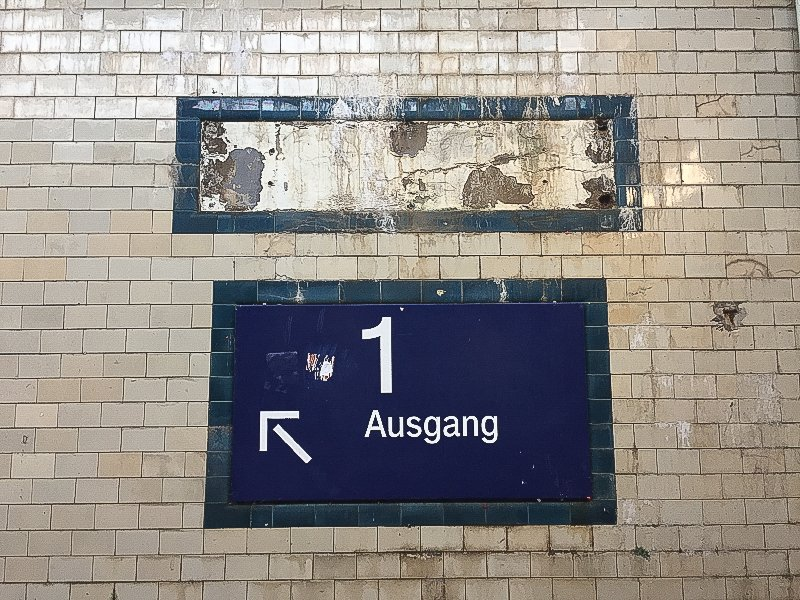 Wegweiser, Gleis 1, defekte Kacheln, Bahnhof, Unterführung