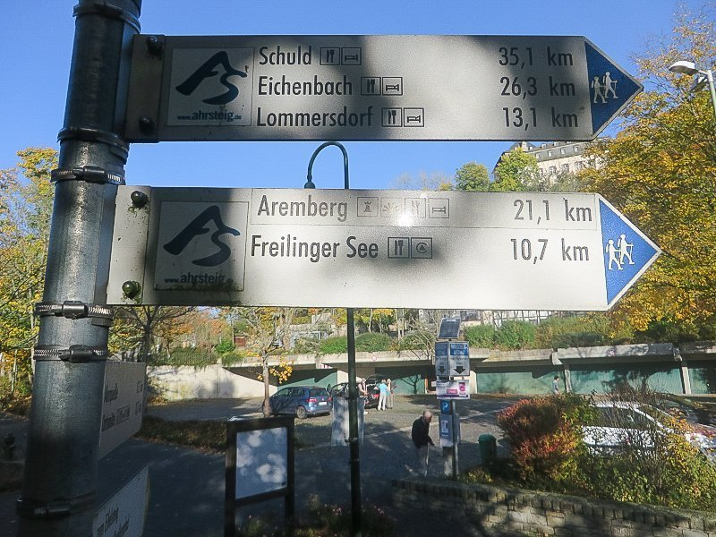Hinweisschild mit Wandermarkierungen, blankenheim, AhrSteig blau, Aremberg